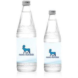 Su şüşəsi üzərində brendinq etiketi (stiker)