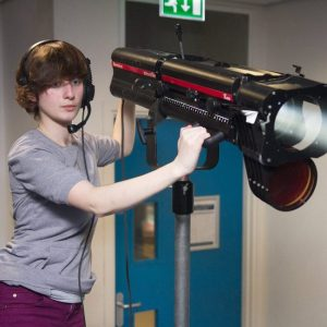 İşıq tuşlama projektoru ilə işləyən operatorlar