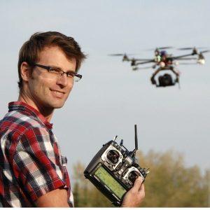 Dron ilə video çəkiliş operatoru